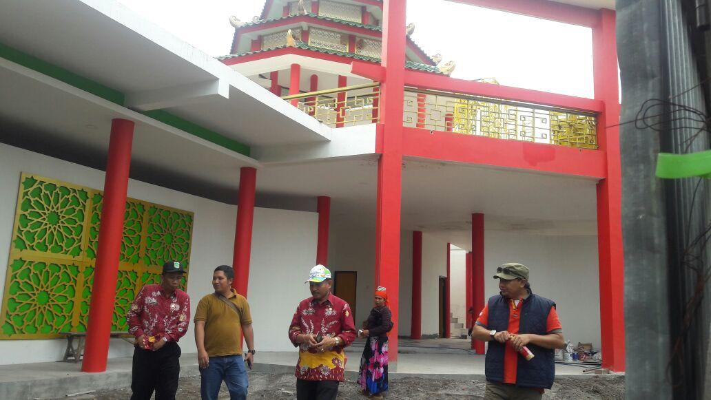 Gedung museum Cheng Hoo yang tengah dibangun saat ditinjau Bupati Pasuruan. (foto : abd)