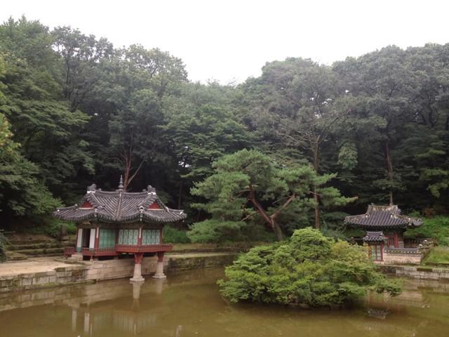 Pemandangan kolam ala Korea di Secret Garden dengan pavilian khusus raja. (nh)