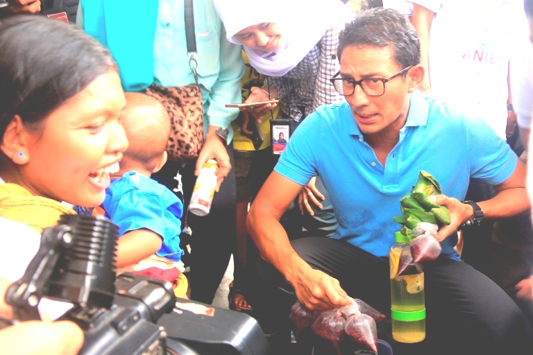 Sandiga membeli tape uli di Manggarai