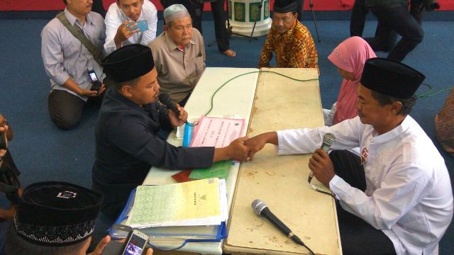 Abdullah (62) dan Sri Puji Rahayu (65) mengikuti nikah massal di Pekalongan. (ben)