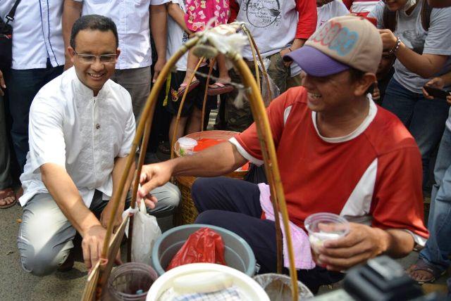 Mantan menteri pendidikan dan kebudayaan itu pun rela berjongkok sembari mengajak  abang penjual es selendang mayang  itu untuk ngobrol