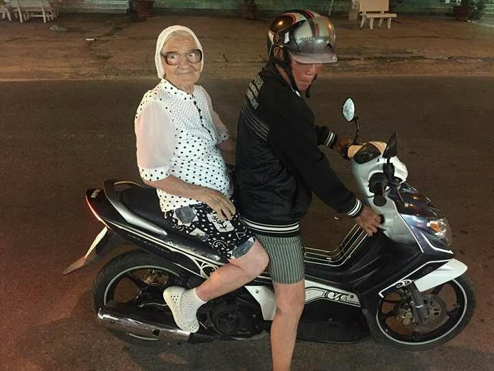 Baba Lena asik keliling wisata pakai motor