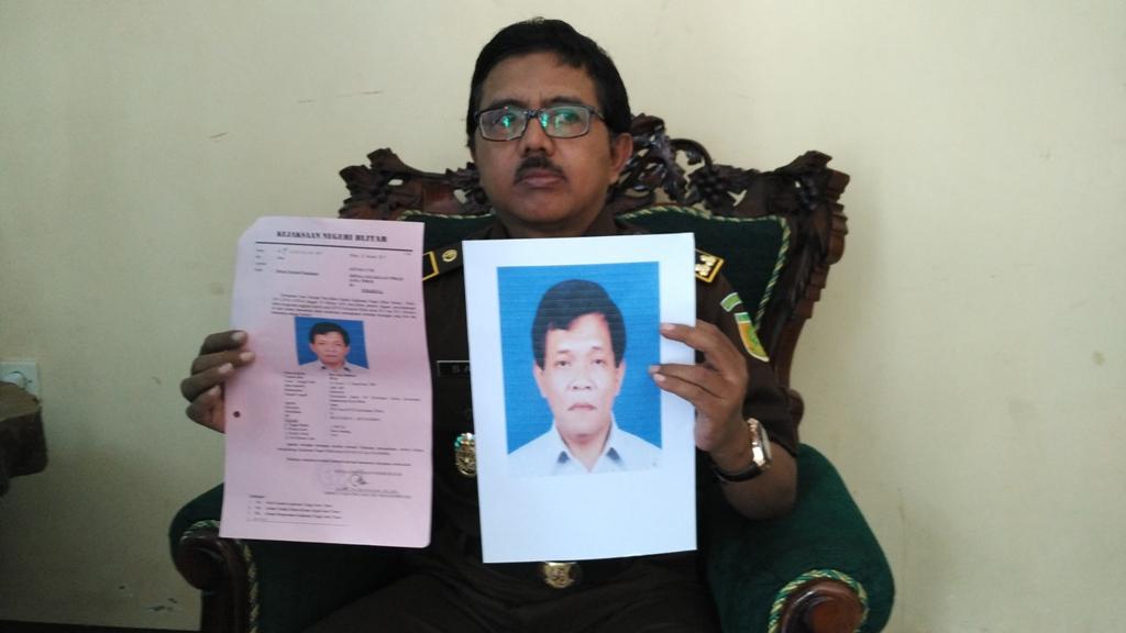 Aparat Kejari Blitar menunjukkan foto tersangka korupsi di KPU Blitar, Eko Budoyo