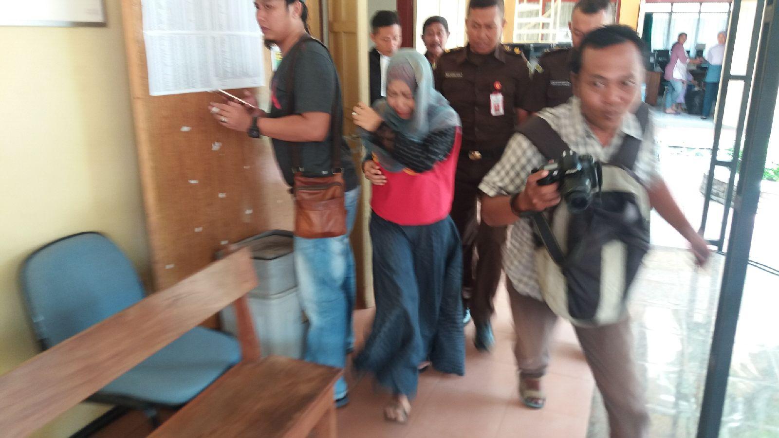 Heni Wildania (baju merah), warga Desa Trigonco, Kecamatan Asembagus, Situbondo, Jawa Timur, ibu tiri kejam terbukti membunuh anak tirinya Ainul Yakin. (fat)