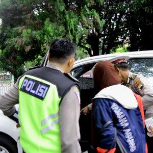 Polisi mengantarkan Julekhah (59) ke rumah sakit, setelah ditelantarkan anaknya yang takut razia polisi.