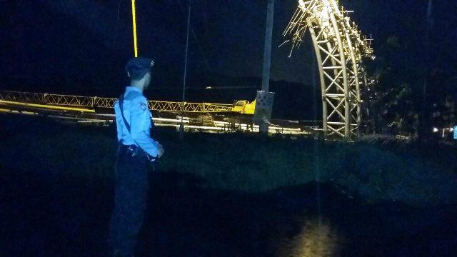 Polisi menjaga lokasi rubuhnya kanopi raksasa PLTU Paiton.