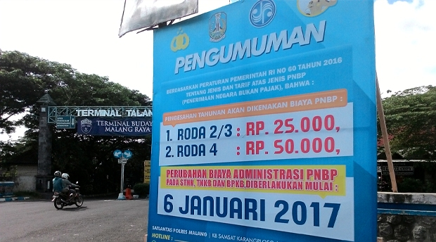 Pengumuman kenaikan biaya STNK di Malang.