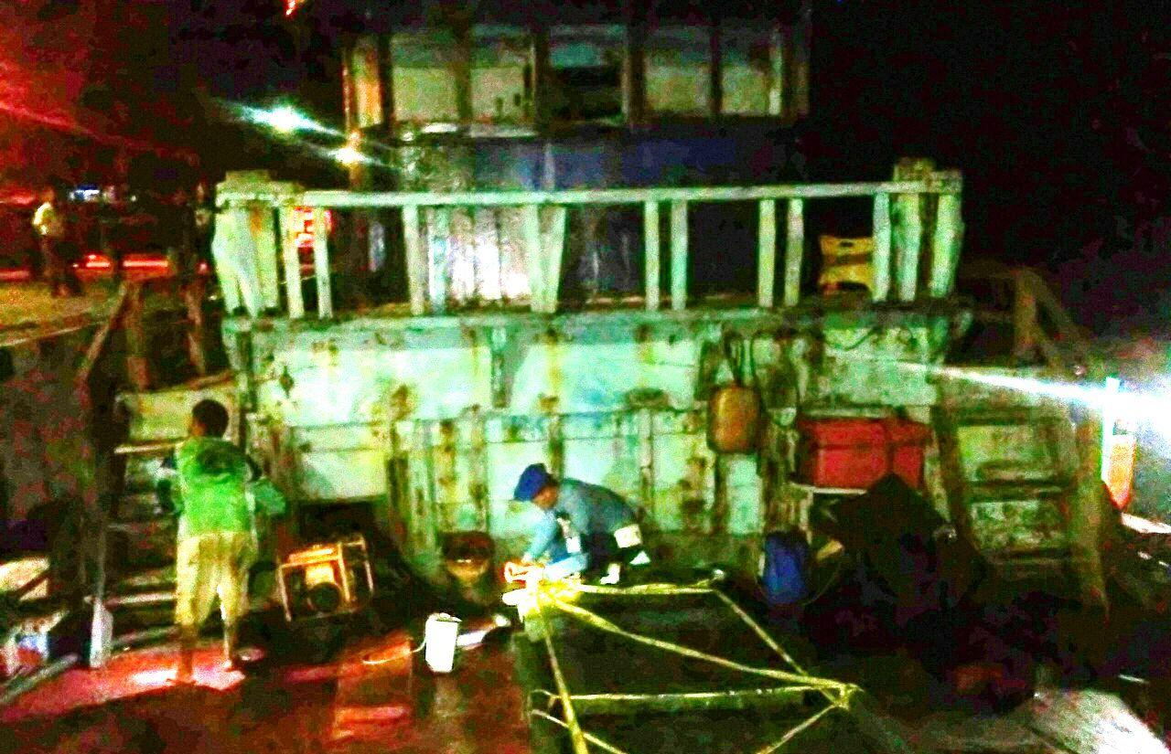 Seorang anggota Lantamal VI Tanjung Pinang memeriksa kapal yang diduga menyelundupan 20 ton BBM.