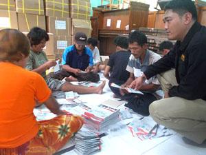 KPU Brebes menemukan ratusan surat suara yang rusak dalam proses pengepakan.