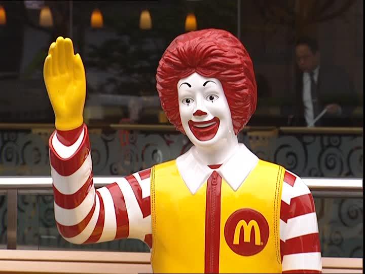 maskot Mc Donald yang selalu ada didepan resto/ framepool