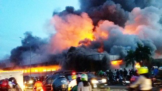 Asap pekat dan kobaran api yang besar menghanguskan ratusan kios di Pasar Senen, Jakarta Pusat. (tam)