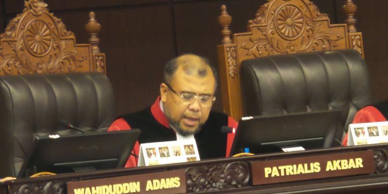 Hakim Mahkamah Konstirusi Patrialis Akbar ditangkap tangan oleh KPK, di tempat hiburan malam.