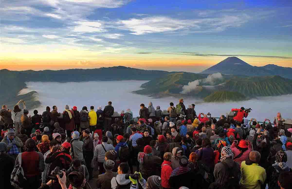 Wisatawan menunggu sinar matahari pagi pertama tahun 2017 di Gn. Bromo, Jawa Timur.