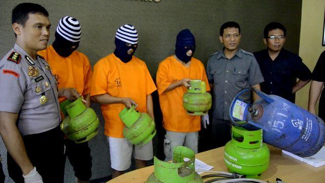 Kapolres Batang AKBP  Juli Agung Pramono menujukkan pelaku pengoplos gas subsidi. polisi juga mengamankan ratusan tabung  yang terdiri dari 177 tabung gas melon 3Kg, 52 tabung gas 12 Kg, 1 unit mobil open cup G 1743 ML. (ben)