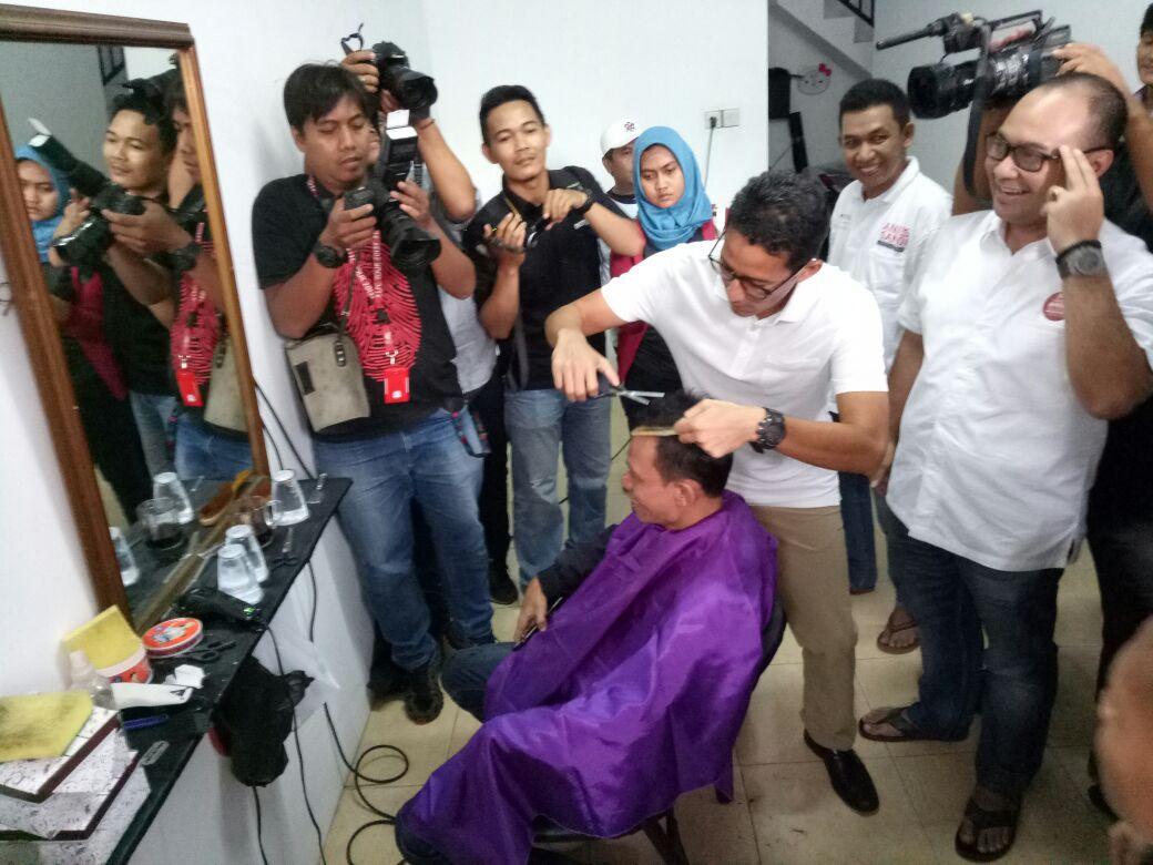 Sandiaga mencukur rambut relawan di outlet OK OCE.