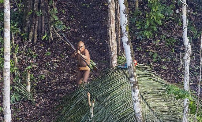 Seorang anggota suku Indian menembak dengan panah. (Ricardo Stuckert)