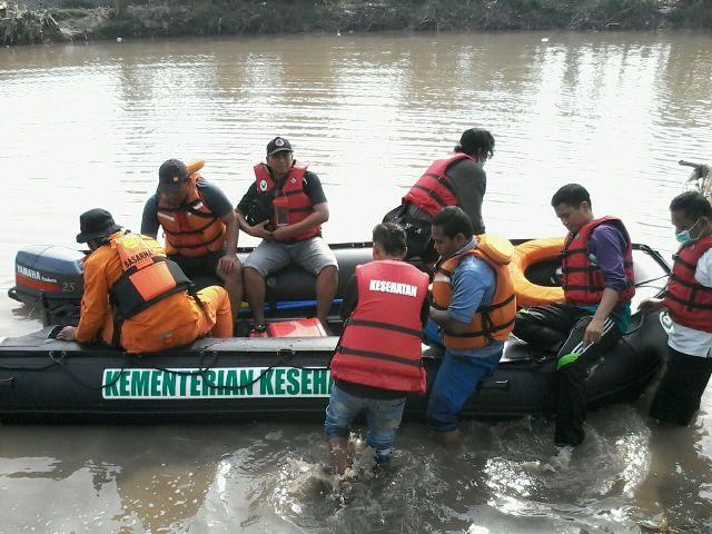 Tim SAR terus melakukan pencarian terhadap Felansia Indriani (21), mahasiswi Akademi Keperawatan, Pasuruan yang hilang terseret air Sungai Kedunglarangan. (abd)