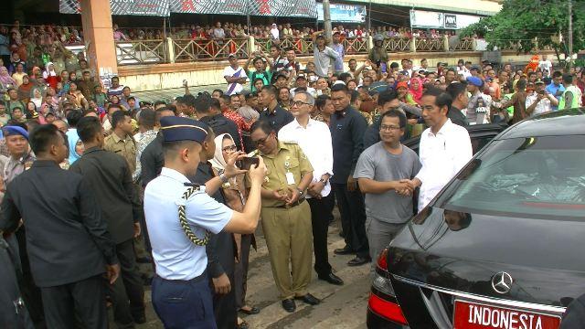 Tepat sebelum Presiden masuk mobil usai melakukan blusukan di Pasar Kajen, Edi Sudarto mencuri perhatian Presiden  Joko Widodo. Suaranya yang lebih lantang dari warga lainnya, memanggil presiden (rb)