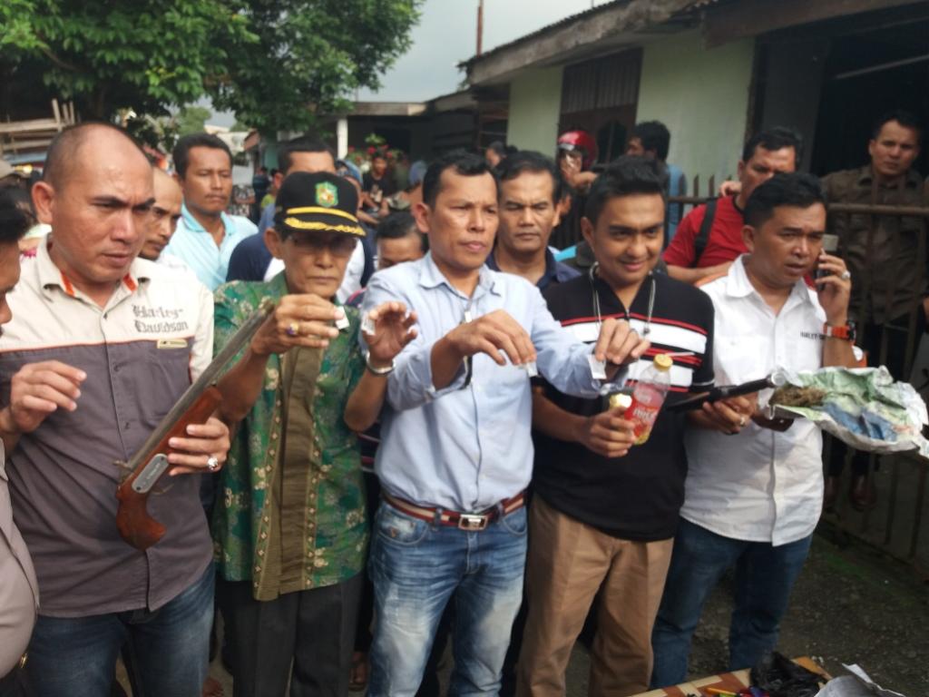 Kasat Narkoba Polrestabes Medan tunjukan barang bukti narkoba dalam pengegerebekan di kawasan Perumnas Simalingkar