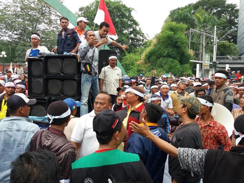 Ribuan penarik becak di Kota Medan menggelar aksi unjuk rasa di Kantor Walikota Medan,  Selasa (21/2)
