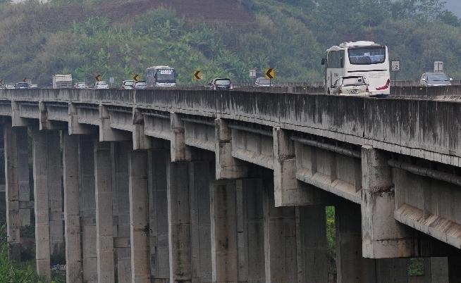 Kendaraan bus kini diperbolehkan melintas diatas Jembatan Cisomang Km100+700 Jalan Tol Purbaleunyi, Purwakarta, Jawa Barat.