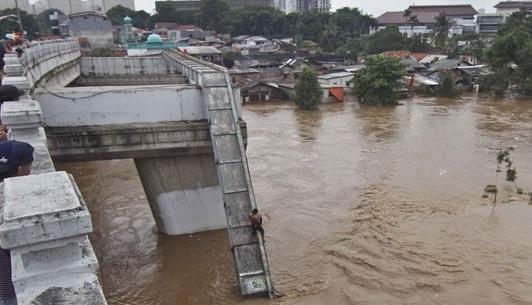 debit Sungai Ciliwung di pintu Air Depok hingga level Siaga 3 pada Senin sore telah menyebabkan permukiman di bantaran sungai tergenang banjir akibat luapan sungai di Kelurahan Pejaten Timur Kecamatan Pasar Minggu Jakarta Selatan dan Kelurahan Cawang Kecamatan Kramat Jati Jakarta Timur.   (istimewa)