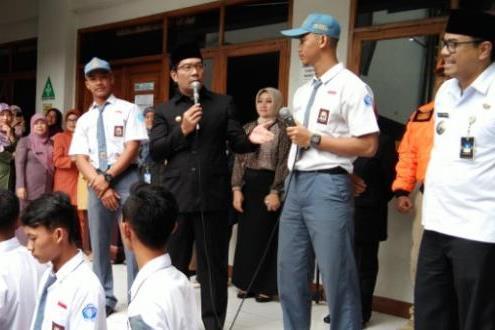 Walikota Bandung Ridwan Kamil memberi apresiasi kepada siswa SMA Negeri 6 karena keberaniannya mengejar pelaku bom panci.