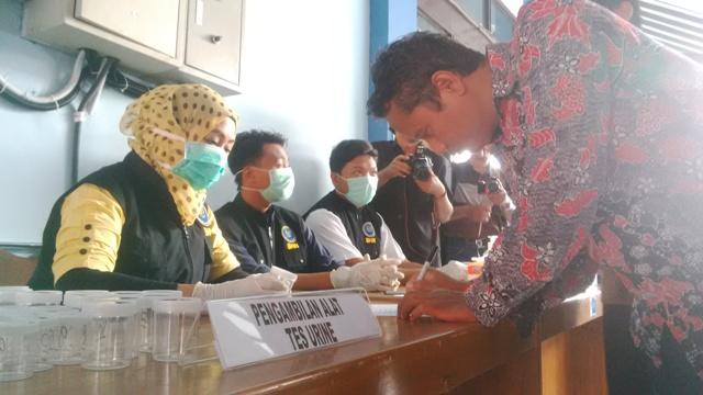 BNN Kota Tegal melakukan tes urine narkoba kepada PNS Kantor Pajak.