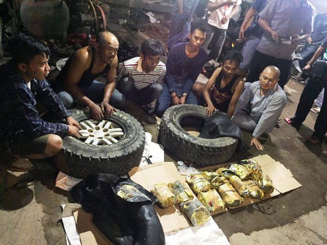Para tersangka penyelundup sabu 20 kg di dalam ban mobil, ditangkap di Pintu Perbatasan Entikong, Kalbar.