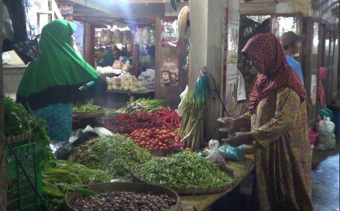 Pedangang cabai rawit menjual cabai hijau di lapaknya di pasar Semampir Kraksaan Kabupaten Probolinggo. (dc)