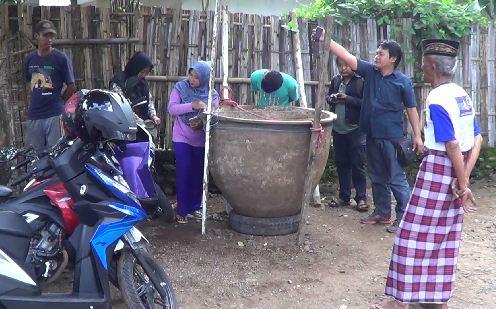 Sejumlah warga yang berdatangan melihat tempayan raksasa yang ditemukan Bunadi katika menggali pondasi bangunan rumahnya. (dic)