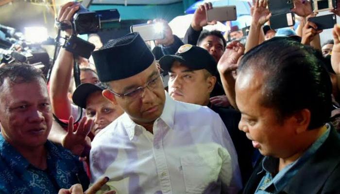 Anies Baswedan memantau pencoblosan ulang di Kalibata, Jakarta Selatan.