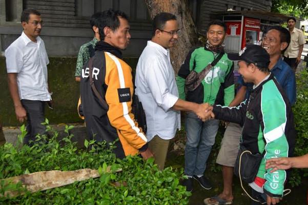Cagub DKI Jakarta, AniesBaswedan saat berfoto dengan pengemudi gojek online.