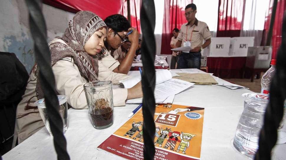Petugas pemilihan suara ulang di Kalibata, Jakarta Selatan.