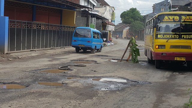 Jalan yang rusak di Kota Pasurua  yang paling parah justru berada di Jalan Raya Randusari, Petahunan hingga Bukir. Di sepanjang jalan yang merupakan sentra industri mebel dan perkayuan itu, banyak dijumpai lobang jalan cukup merata dengan kedalaman hingga 30 cm. (abd)