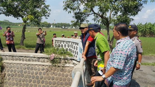 Kepala Dinas Bina PU Bina Marga Kabupaten Pasuruan, Hari Apriyanto meninjau jembatan yang akan dibenahi di beberapa kecamatan. Anggaran perbaikan berasal dari APBD Kabupaten Pasuruan Tahun 2017 yang mencapai Rp 9,7 miliar.