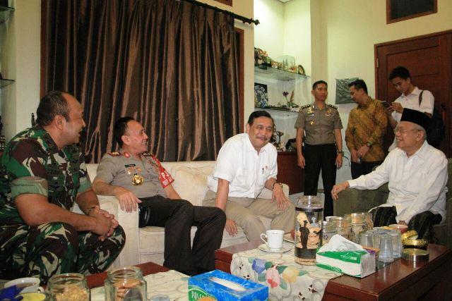 Menko Kemaritiman Luhut Pandjaitan datang ke kediaman Ketua MUI Ma'ruf Amin bersama Kapolda dan Pangdam Jaya.