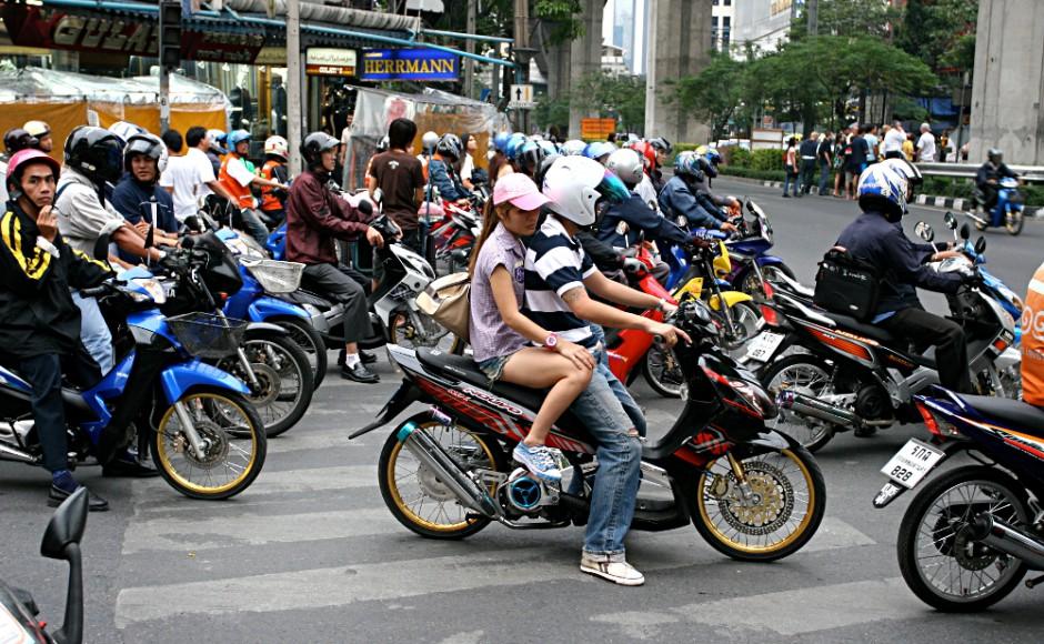 Ojek motor di Bangkok memenuhi jalan raya/ Wikimedia Commons.