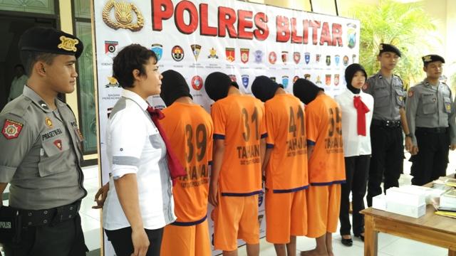 Pelajar belia ini, beraksi bersama otak komplotan, FTR (19) yang  telah melakukan sedikitnya tiga aksi pembobolan konter HP di wilayah Kabupaten Blitar dan Kabupaten Tulungagung.