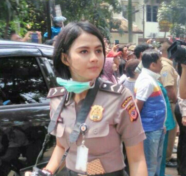 Polwan Macan (manis cantik)  yang diketahui bernama Bripda Ismi Aisyah ini, ternyata Sekretaris pribadi (sekpri) Kapolda Jabar Irjen Anton Charliyan.