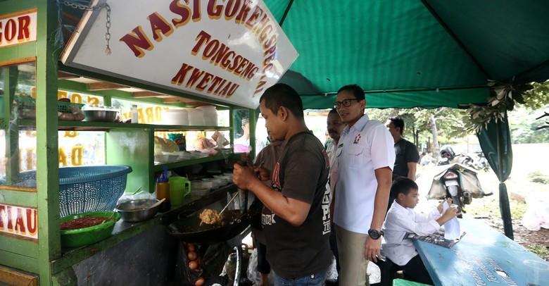 Sandiaga Uno mengunjungi salah seorang PKL