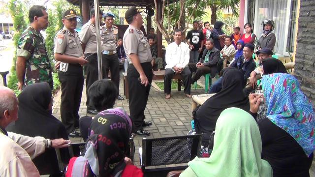 Nasabah Pandawa Grup yang masih berharap mendapatkan investasinya dikembalikan. Mereka mendatangi kantor dan bahkan mengibap di kantor Pandawa Grup di Meruyung, Depok, Jawa Barat.