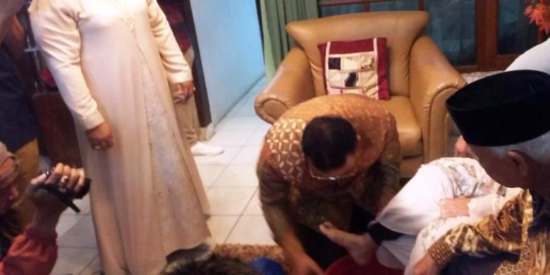 Budi Budiman, calon petahana Walikota Tasikmalaya sungkem ke orang tuanya sebelum nyoblos.