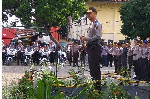 -  Kapolda Lampung Irjend Sudjarno memimpin apel gelar pasukan Operasi Simpatik Krakatau 2017 di lapangan Polresta Bandarlampung pada Rabu (1/3)