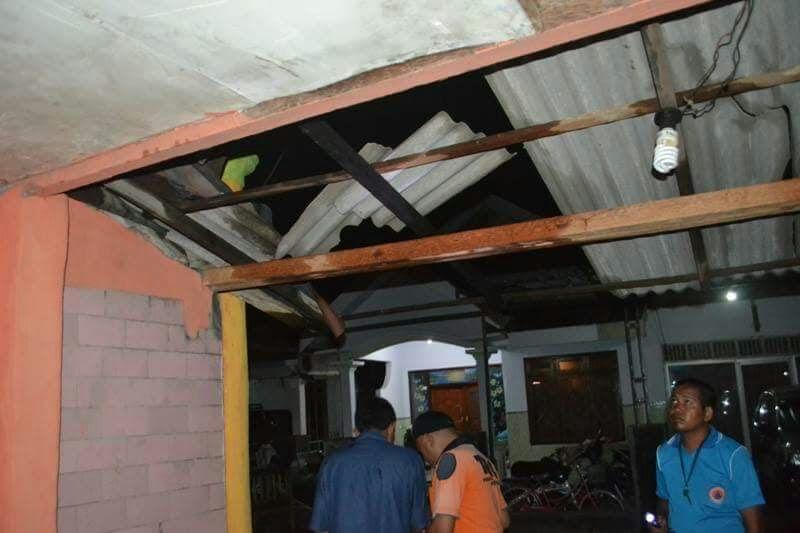 Salah satu atap rumah warga yang rusak akibat diterjang puting beliung.