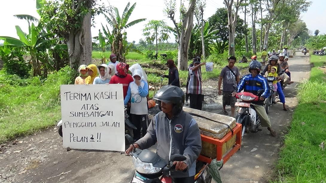 Puluhan Ibu-ibu memblokade jalan alternatif Lumajang-Jember di Probolinggo