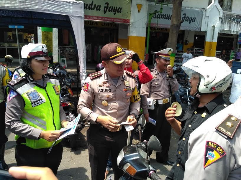 Kapolres Jombang, AKBP Agung Marlianto, saat memeriksa surat kelengkapan kendaraan bermotor, dalam hari pertama Operasi Simpatik Semeru. (Zul)