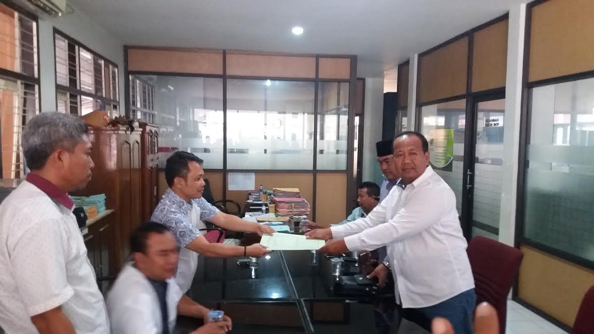 ketua AKD Juharto, saat menyerahkan berkas Prona ke Kasie SPP di Kantor BPN Situbondo.