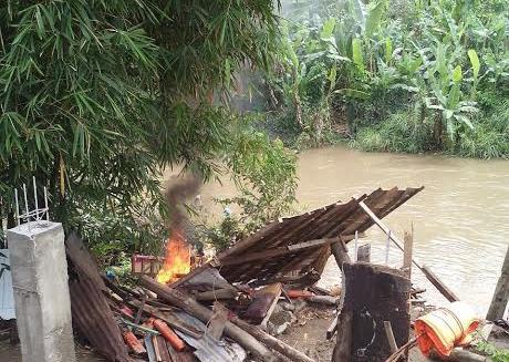 Pondok tempat nyabu di pinggir Sungai Deli, Medan yang dibakar warga.