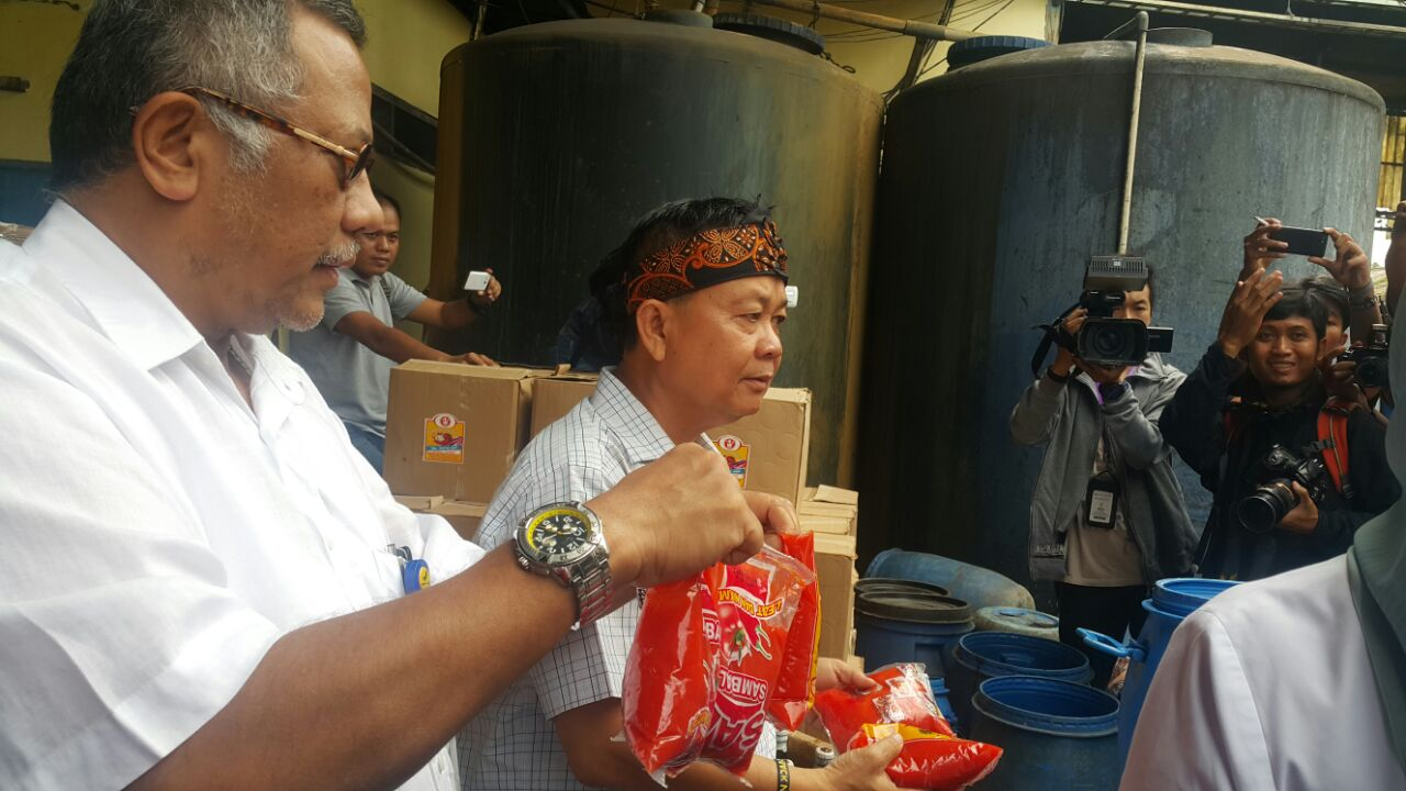 Petugas BPOM mengamankan kecap dan saos yang diduga mengandung bahan berbahaya.